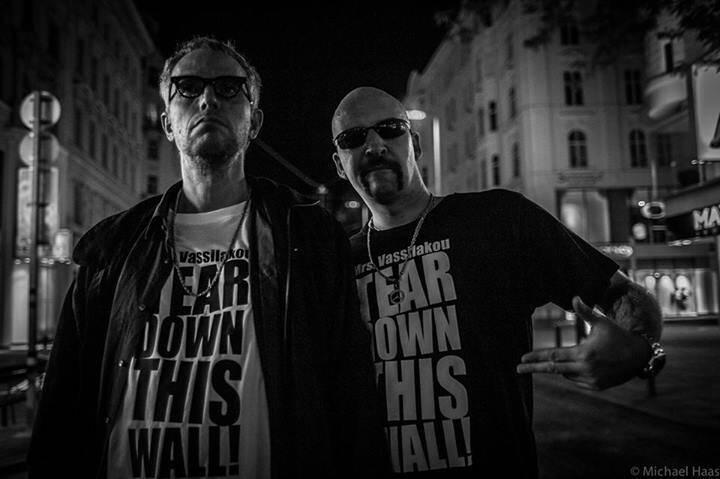 Du willst ein Foto haben mit einem Mrs. Vassilakou - Tear Down This Wall T-Shirt?  Zu kaufen bei Peryd Shoe Zollergasse 9/11. Da kannst Du Größe und Farbe bestimmen und es gehört dann Dir für immer. Vorzugspreis 14.90.-€  (c) Götz Schrage für Mrs. Vassilakou - Tear down this Wall! https://www.facebook.com/groups/157079997828315/?fref=ts
