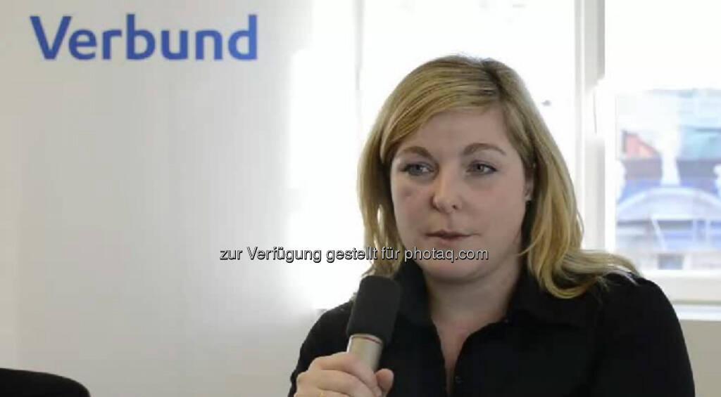 Carina Lackner, Intraday Trader, Verbund Trading AG Viele Erfahrungen sammeln und neue Dinge ausprobieren, rät  14-jährigen Ich. Um die Strom- und Gaspreise optimal im Auge behalten zu können, arbeitet die Betriebswirtin mit bis zu 5 Monitoren gleichzeitig. Das Video (4:14 min) dazu unter http://www.whatchado.net/videos/carina_lackner, © whatchado (22.09.2013)