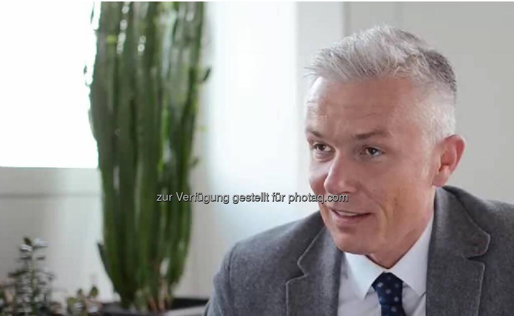 """Robert Grüneis, Geschäftsführer Wien Energie """"Man braucht eine hohe Kommunikationsbereitschaft, Einsatzbereitschaft, Fach-Knowhow und Social Skills."""" Das Coolste daran? """"Wir verkaufen etwas, das jeder Mensch braucht. Wir schauen, dass es 24 Stunden am Tag im Winter warm ist, im Sommer vielleicht gekühlt und dass man das Licht aufdrehen kann ."""" Das Video (6:09 min.) dazu: http://www.whatchado.net/videos/robert_gruenei, © whatchado (23.09.2013)"""