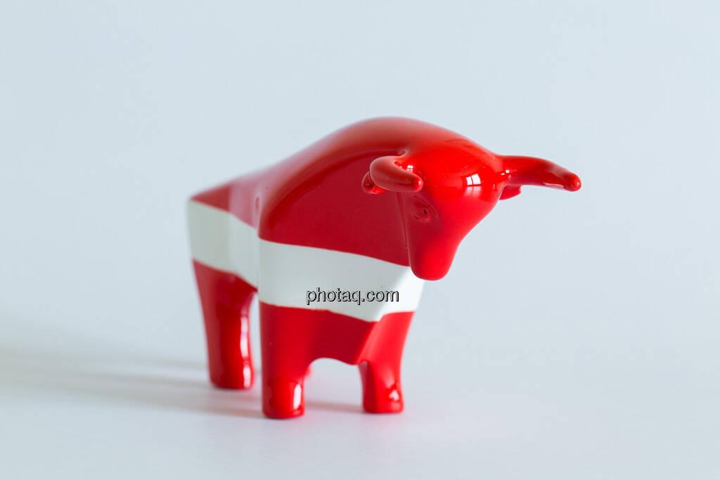 rot/weiß/roter Bulle seitlich nach rechts, © Wiener Börse / Konzept be.public / Foto: finanzmarktfoto.at/Martina Draper (23.09.2013)