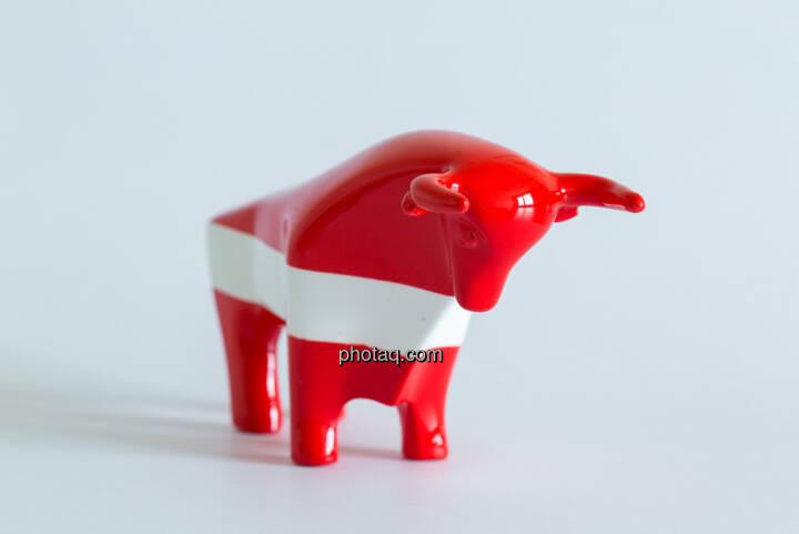 rot/weiß/roter Bulle seitlich nach rechts