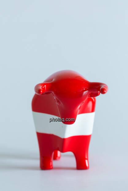 rot/weiß/roter Bulle von vorne, © Wiener Börse / Konzept be.public / Foto: finanzmarktfoto.at/Martina Draper (23.09.2013)