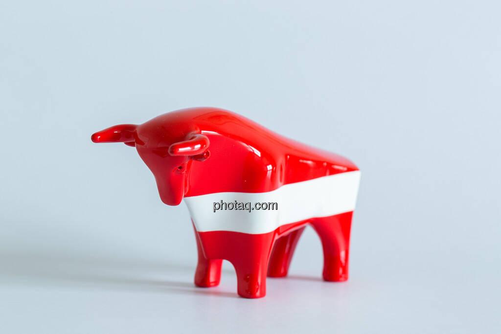rot/weiß/roter Bulle seitlich nach links, © Wiener Börse / Konzept be.public / Foto: finanzmarktfoto.at/Martina Draper (23.09.2013)