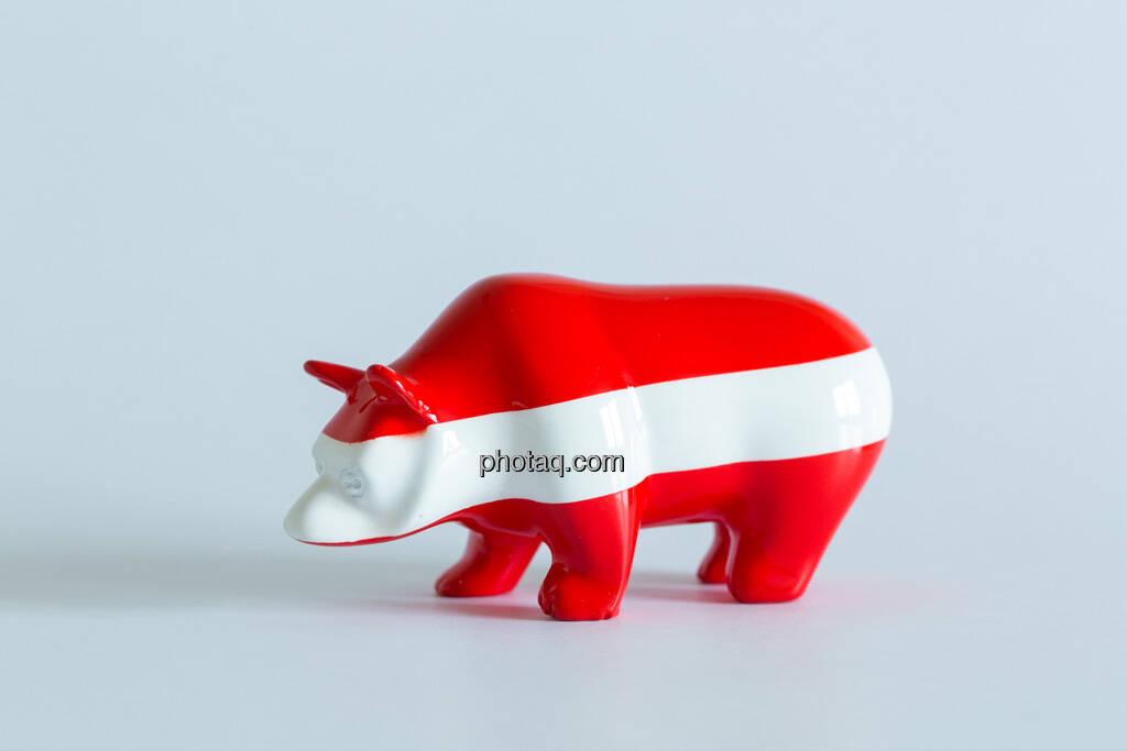 rot/weiß/roter Bär seitlich nach links, © Wiener Börse / Konzept be.public / Foto: finanzmarktfoto.at/Martina Draper (23.09.2013)