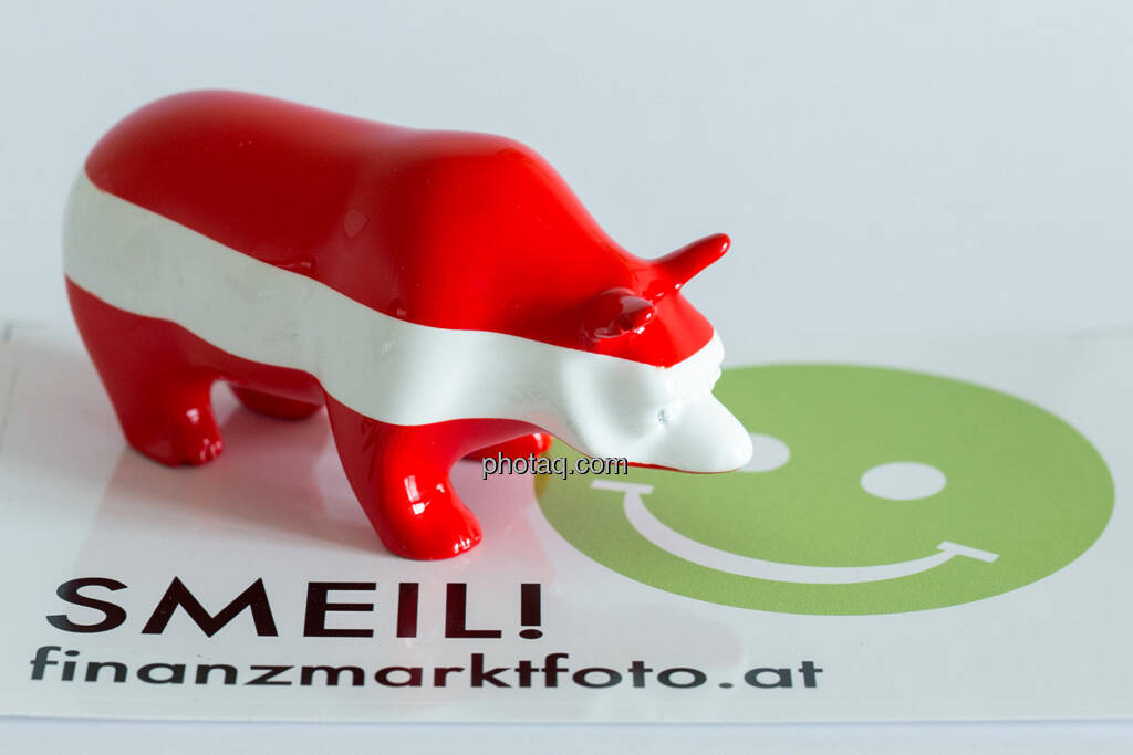 rot/weiß/roter Bär seitlich nach rechts auf Smeil Aufkleber, © Wiener Börse / Konzept be.public / Foto: finanzmarktfoto.at/Martina Draper (23.09.2013)