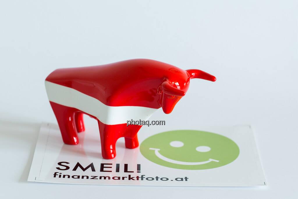 rot/weiß/roter Bulle seitlich nach rechts auf Smeil Aufkleber, © Wiener Börse / Konzept be.public / Foto: finanzmarktfoto.at/Martina Draper (23.09.2013)