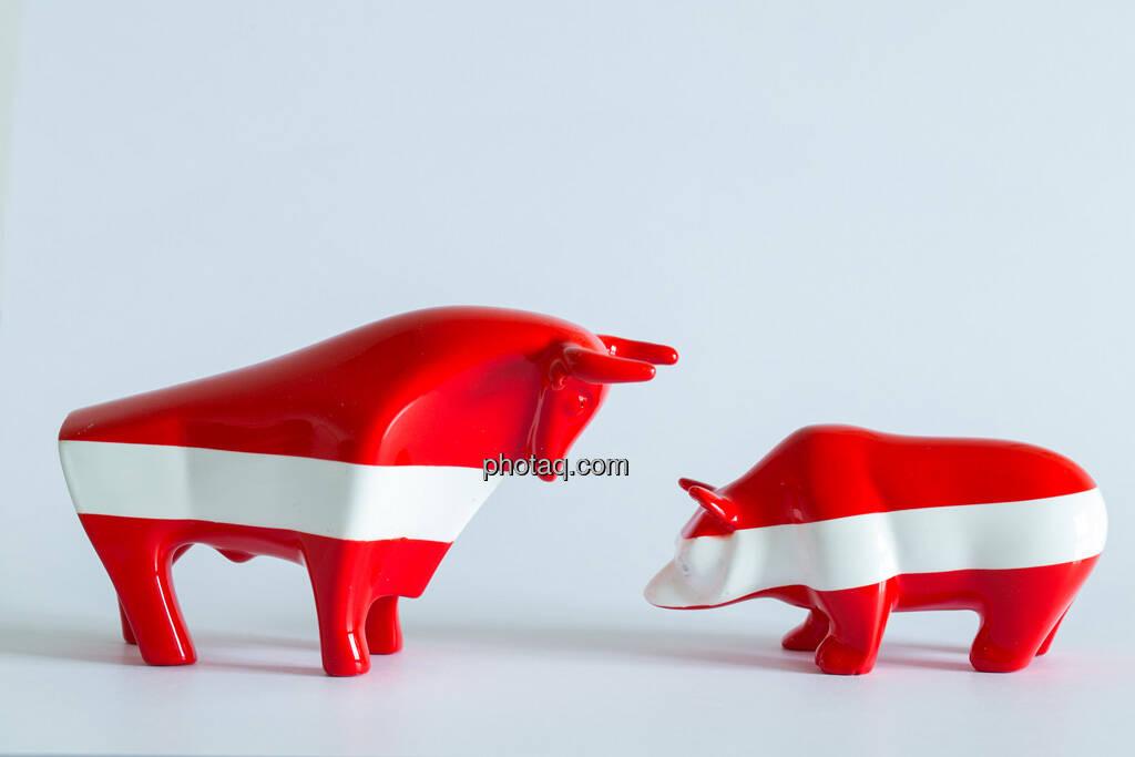 rot/weiß/roter Bulle, rot/weiß/roter Bär gegenüber, © Wiener Börse / Konzept be.public / Foto: finanzmarktfoto.at/Martina Draper (23.09.2013)
