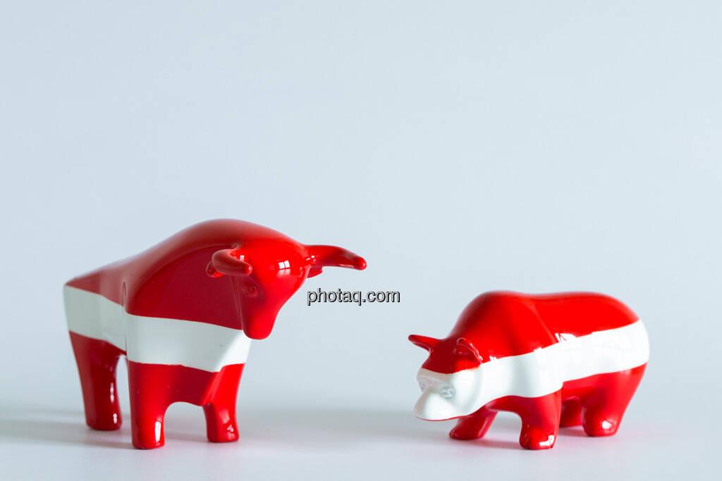rot/weiß/roter Bulle, rot/weiß/roter Bär seitlich gegenüber, © Wiener Börse / Konzept be.public / Foto: finanzmarktfoto.at/Martina Draper (23.09.2013)