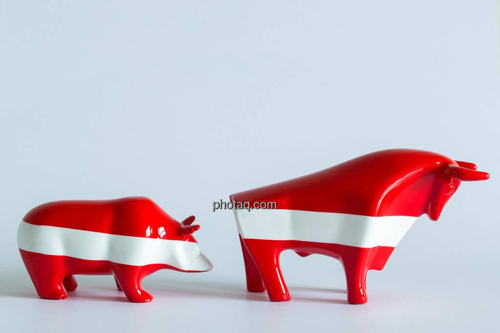 rot/weiß/roter Bulle vor rot/weiß/rotem Bär, © Wiener Börse / Konzept be.public / Foto: finanzmarktfoto.at/Martina Draper (23.09.2013)
