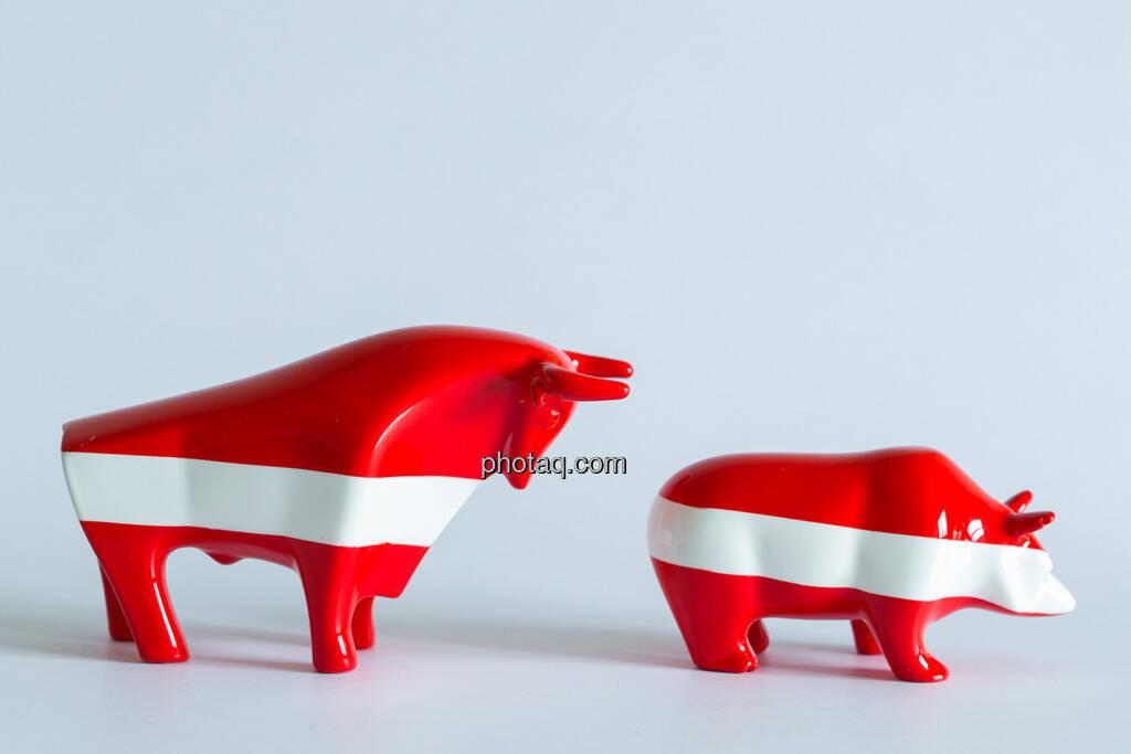 rot/weiß/roter Bär vor rot/weiß/rotem Bullen, © Wiener Börse / Konzept be.public / Foto: finanzmarktfoto.at/Martina Draper (23.09.2013)