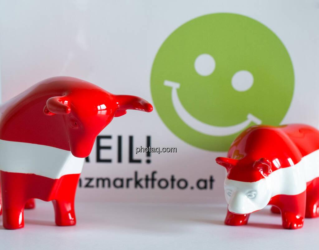 rot/weiß/roter Bulle und rot/weiß/roter Bär vor Smeil Aufkleber, © Wiener Börse / Konzept be.public / Foto: finanzmarktfoto.at/Martina Draper (23.09.2013)