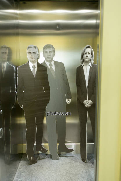 Werner Faymann, Michael Spindelegger, Maria Fekter im Lift, © Politikerfiguren by Neos, Fotos by finanzmarktfoto.at/Martina Draper (23.09.2013)