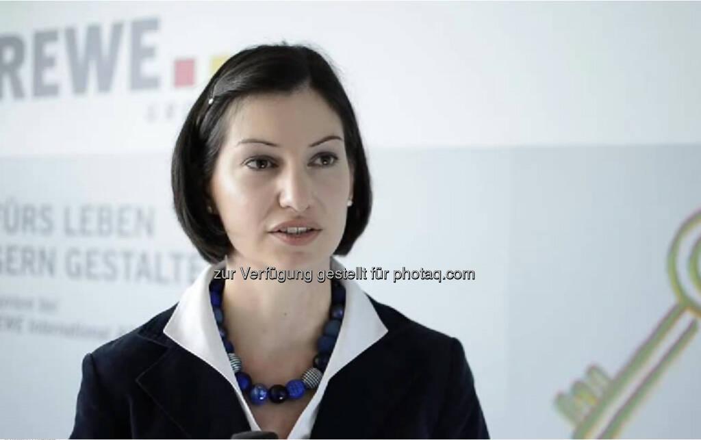 """Nina-Maria Aschbacher, Controllerin Bestandsmanagement, Rewe """"Sammle Praxiserfahrung, sei unterwegs und geh ins Ausland!"""" Nina-Maria Aschbacher arbeitet bei REWE im Controlling und der Organisation im Bereich Immobilienbestandsmanagement.  Das Coolste daran? """"Die Abwechslung und die Themenvielfalt, die die Sonderthemen mit sich bringen."""" Das Video (5:10 min.) unter http://www.whatchado.net/videos/nina-maria_aschbacher, © whatchado (24.09.2013)"""