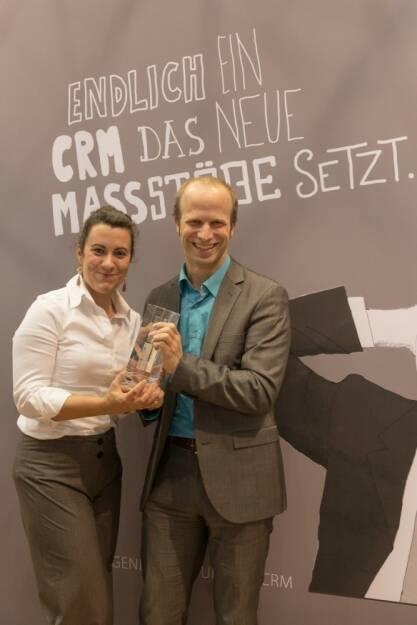 Martin Chroust, Projektverantwortlicher bei der BAWAG P.S.K. und Elisabeth Fürtbauer, Consultant bei update, freuen sich auf der CRM-expo 2013 über den Best Practice Award (c) update  (25.09.2013)