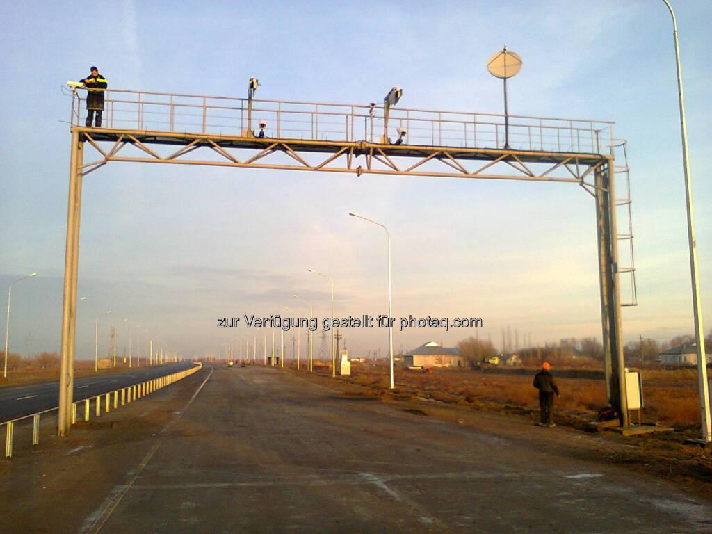 """Kapsch TrafficCom hat im August dieses Jahres ein Weigh-In-Motion-System für vier Stationen auf zwei Autobahnen in Kasachstan geliefert und installiert. Das von Kapsch entwickelte """"Weigh-In-Motion"""" ermöglicht das Abwiegen von Fahrzeugen bei voller Fahrtgeschwindigkeit. Zwei der vier gelieferten Stationen befinden sich auf Kilometer 59 der Autobahn von Almaty nach Bishkek, die anderen zwei Stationen auf Kilometer 291 der Verbindung Astana-Petropavlovsk. Kapsch realisiert das Projekt als ein Sublieferant mit anderen Partnern (c) Kapsch (26.09.2013)"""