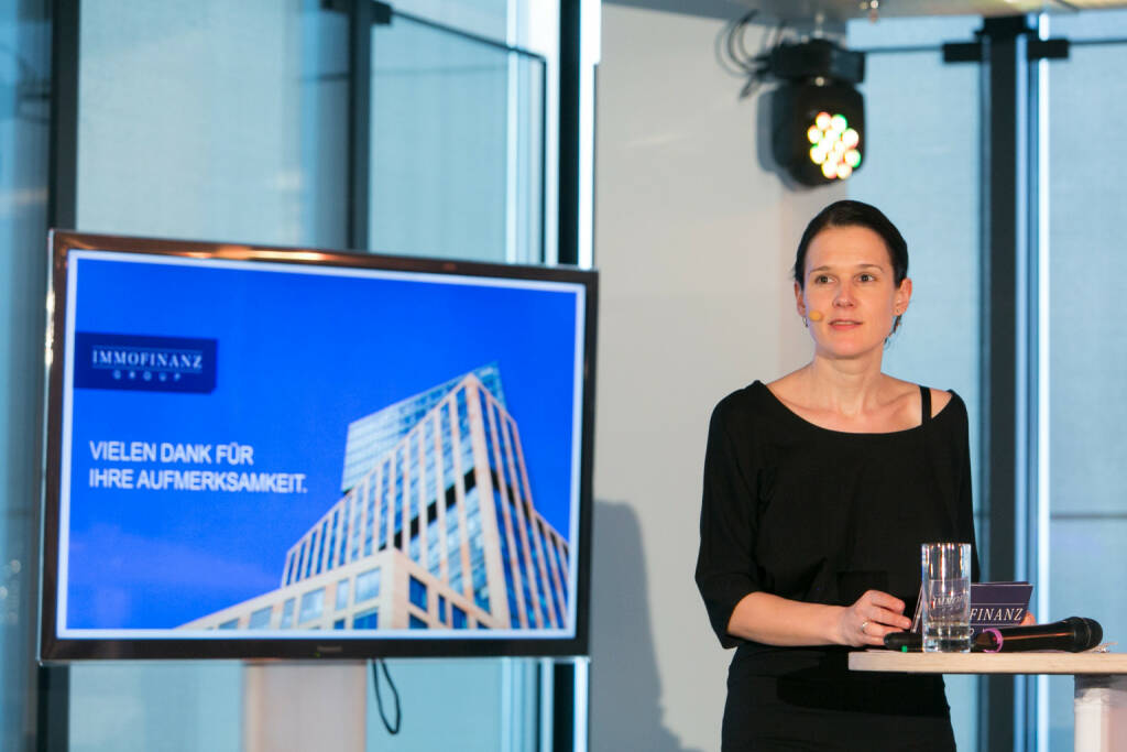 Immofinanz-Kommunikationschefin Bettina Schragl wird am Mittwoch, 2. Oktober, im Rahmen der 20. ordentlichen Hauptversammlung (ab 11 Uhr) HV-begleitend bloggen http://blog.immofinanz.com (c) Martina Draper für Immofinanz, mehr Bilder von Schragl unter http://finanzmarktfoto.at/search/bettina%20schragl (01.10.2013)