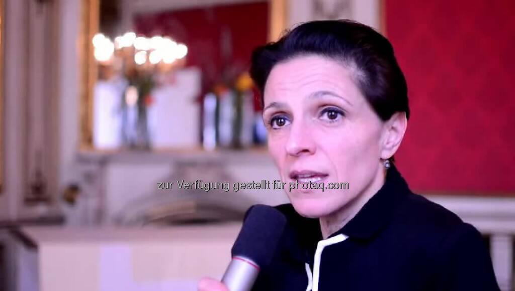 Karin Bauer, Leiterin Karrierenstandard Und bald habe ich genug verdient um einen großen Braunen zahlen zu können. Neben ihrem Studienabbruch scheint dies ein einschneidender Moment in Karin Bauers Werdegang zu sein. Irgendwann zahlte es sich also aus bei DerStandard von Anfang an vollen Einsatz gezeigt zu haben, um im Journalismus Fuß fassen zu können. Das Video (4:58min.) dazu unter: http://www.whatchado.net/videos/karin_bauer, © whatchado (04.10.2013)