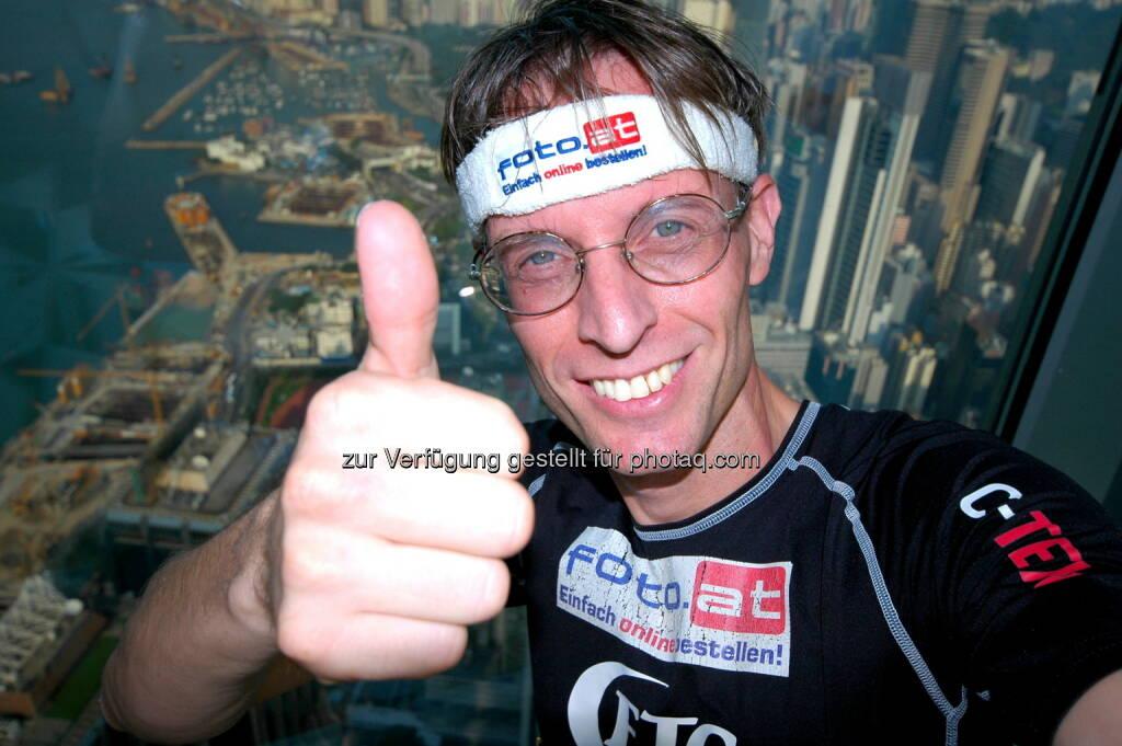 Rolf Majcen, FTC, hat am 5.10.2013 den Treppenlauf im 374 Meter hohen Central Plaza Gebäude in Hong Kong gewonnen. Der Wolkenkratzer war 1992 das höchste Gebäude von Asien. Majcen benötigte für die 1688 Stufen, 75 Stockwerke, 9.20 Minuten und blieb damit 2 Sekunden unter dem alten Streckenrekord aus dem Jahr 2008. Für Majcen war es im 89. Treppenlauf seiner Karriere der 18. Sieg, siehe auch http://www.runplugged.com/2013/10/06/rolf_majcen_einer_der_weltbesten_treppenlaufer_arbeitet_am_wiener_finanzmarkt#bild_1 (06.10.2013)