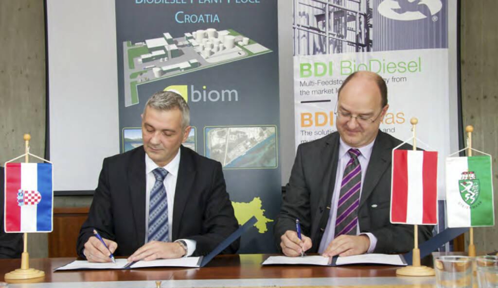 BDI BioDiesel-Vorstandsmitglied Edgar Ahn (re.) hat gemeinsam mit dem Kunden biom d.o.o. (vertreten durch Robert Kovac, BA – President of the Management Board) den Vertrag für die Errichtung der ersten Multi- Feedstock BioDiesel-Anlage in Kroatien mit einem Auftragsvolumen von über 20 Mio. Euro unterzeichnet (c) BDI (07.10.2013)