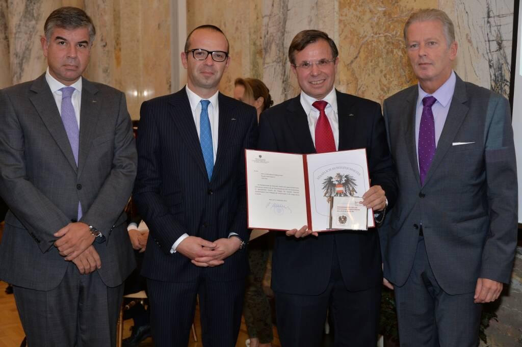 Gerald Steger (CEO cafe+co) mit Wirtschaftsminister Reinhold Mitterlehner: cafe + co wird für Innovationskraft und Nachhaltigkeit mit dem Österreichischem Bundeswappen ausgezeichnet. (15.10.2013)