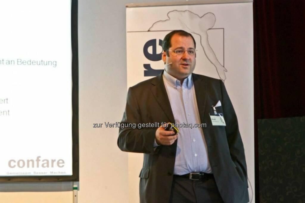 Nachhaltigkeit muss sich auch rechnen - Immofinanz-COO Daniel Riedl als Vortragender bei der 4.GBB-Konferenz Bild (c) Confare GmbH (15.10.2013)