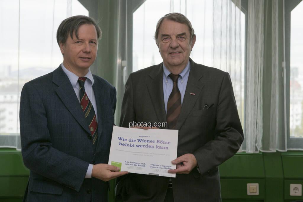 Fachheft in den Händen von Heinrich Traumüller und Richard Schenz, Kapitalmarktbeauftrage im BMF (c) Martina Draper (15.12.2012)