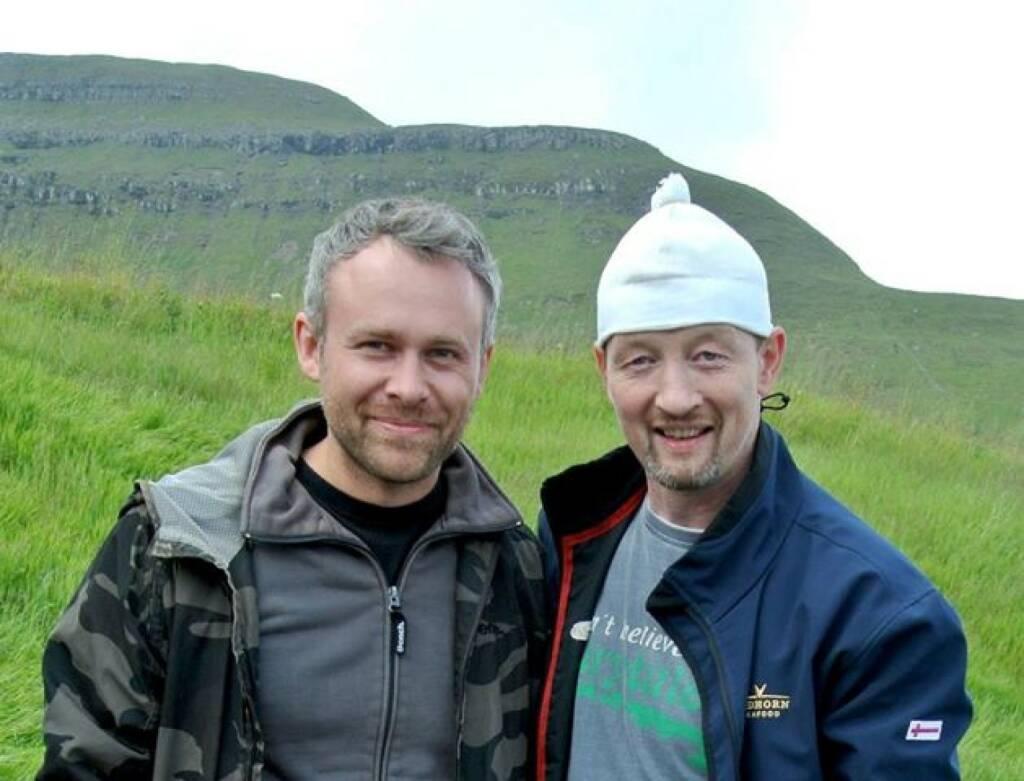 Niko Alm (Neos) mit Jens Martin Knudsen und dessen Mütze, die u.a. Toni Polster und Herbert Prohaska nie vergessen werden  (16.10.2013)