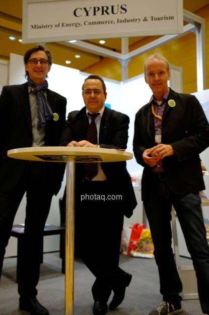 Der finanzmarktfoto-Stand? Josef Chladek, unser zypriotischer Diplomatengastgeber und Christian Drastil (17.10.2013)