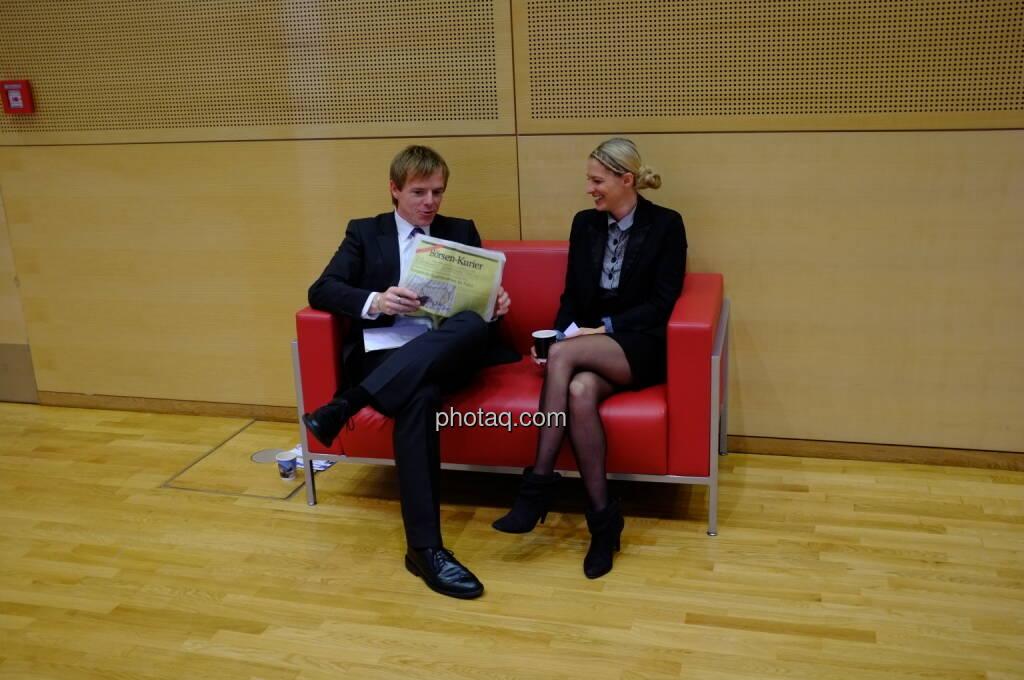 Christian-Hendrik Knappe (db-X Markets), Nina Bergmann (finanzen.net), rotes Sofa (17.10.2013)