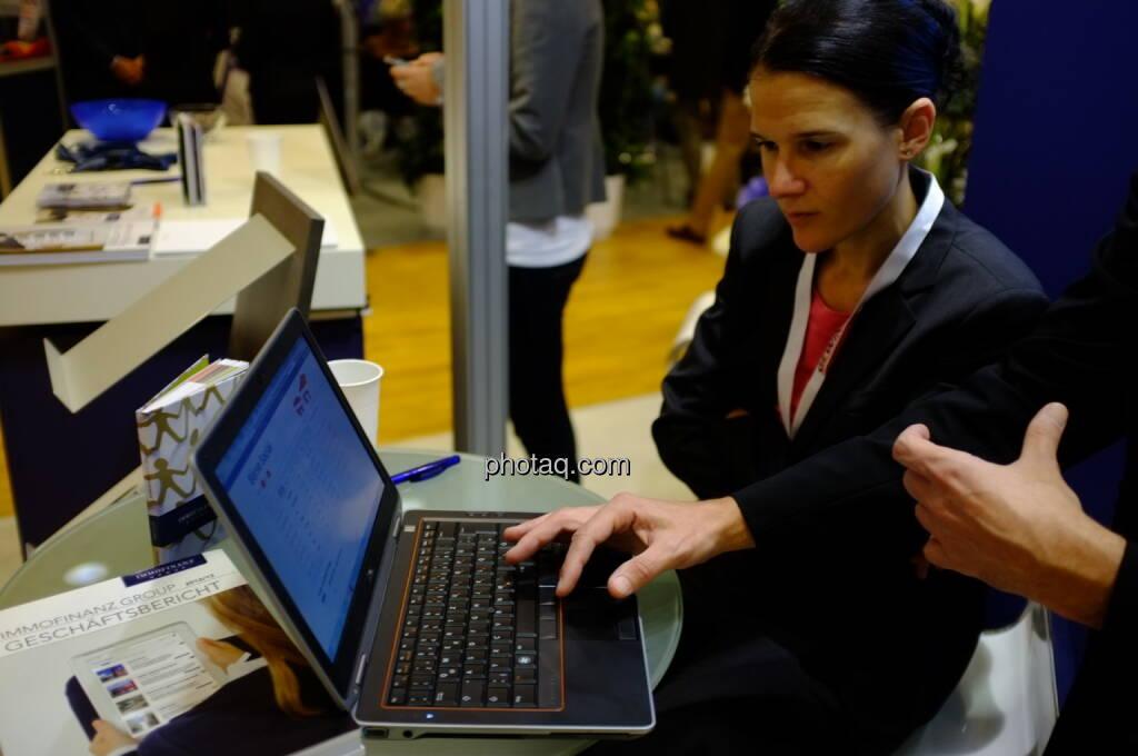 Bettina Schragl (Immofinanz) mit erstem Blick auf boerse-social.com (17.10.2013)