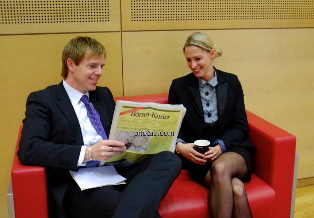 Christian-Hendrik Knappe (db-X Markets), Nina Bergmann (finanzen.net), rotes Sofa  (19.10.2013)