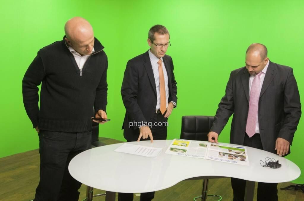 Georg Wachberger, Günther Artner und Daniel Lion (Erste Group) begutachten das Fachheft (c) Martina Draper (15.12.2012)