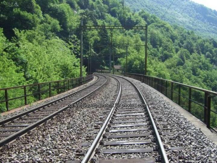 Gemeinsam mit den Schweizerischen Bundesbahnen testet die voestalpine Schienen die neueste Schienengeneration. Die Sihltal Zürich Uetliberg Bahn setzt bereits seit 2012 auf die wärmebehandelten Schienen. http://bit.ly/1beOaG1
