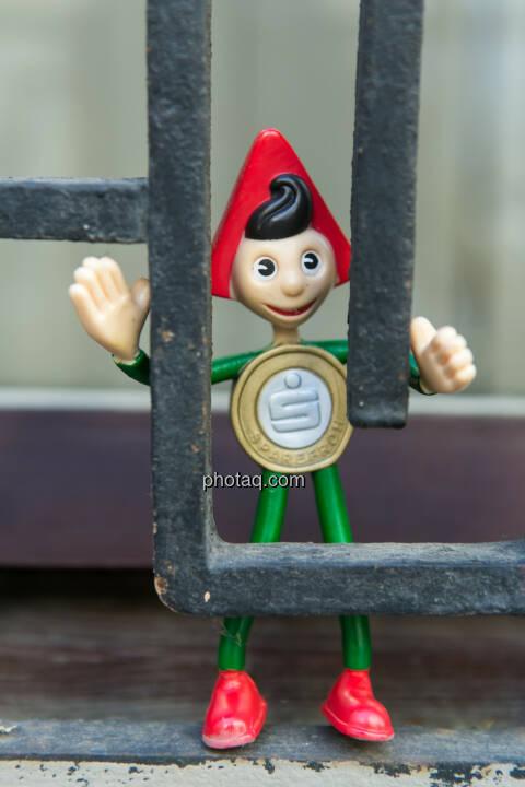 Sparefroh hinter Gitter