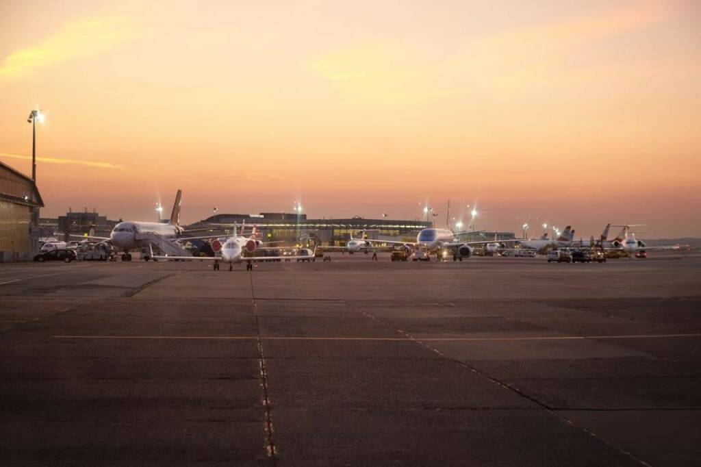 Der Winterdienst ist eine wichtige Aufgabe eines Flughafens. Die Vorbereitungen für die kommende kalte Jahreszeit sind bereits voll im Gange und dafür sucht der Flughafen Wien engagierte Mitarbeiterinnen und Mitarbeiter.  Interessierte finden Informationen unter www.viennaairport.com/jobs.te! (27.10.2013)