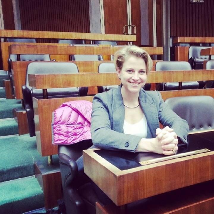 Beate Meinl-Reisinger (Neos) testet die Parlamentsbank sitzend