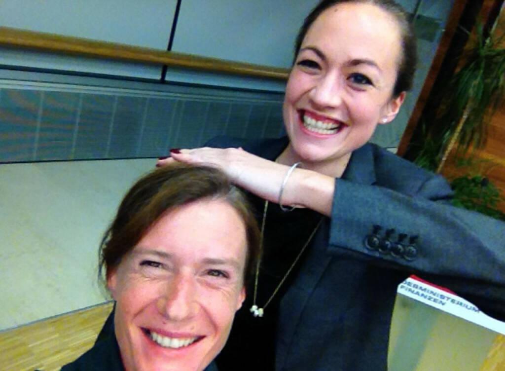 Martina Draper mit Ulrike Haidenthaller vom Aktienforum, Hintergrund unter http://finanzmarktfoto.at/page/index/587 bzw. http://www.martina-draper.at/2013/10/29/fun_work#bild_13901, © Martina Draper/Christian Drastil (29.10.2013)