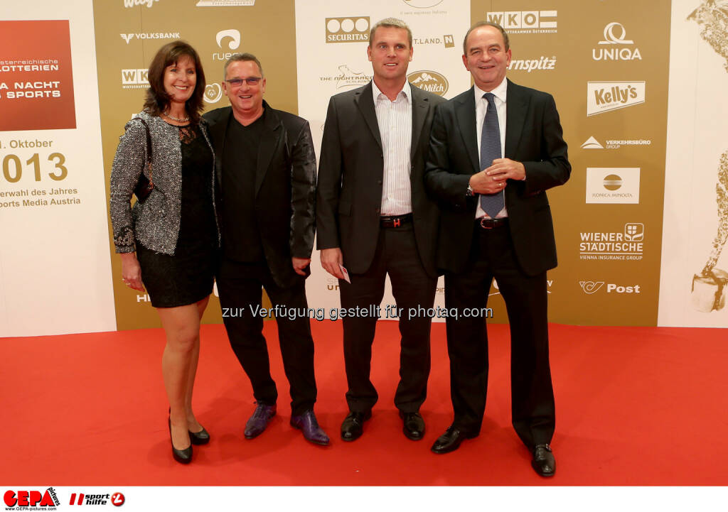 Christian Flick mit Begleitung und Herbert Prohaska (rechts). Foto: GEPA pictures/ Christian Walgram (02.11.2013)