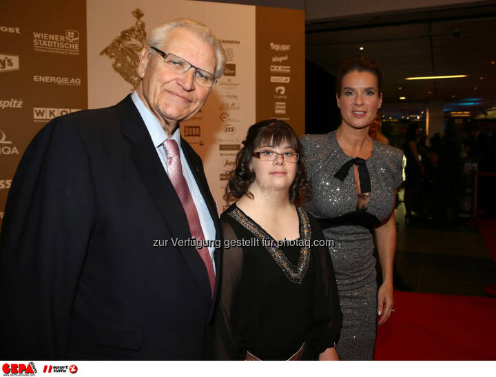 Hermann Kroell (Special Olympics), Theresa Broier (AUT) und Katharina Witt. Foto: GEPA pictures/ Hans Oberlaender