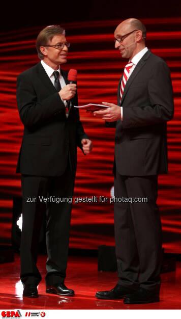 Leodegar Pruschak (Raiffeisen) und Moderator Tom Blaeumauer. Foto: GEPA pictures/ Markus Oberlaender (02.11.2013)