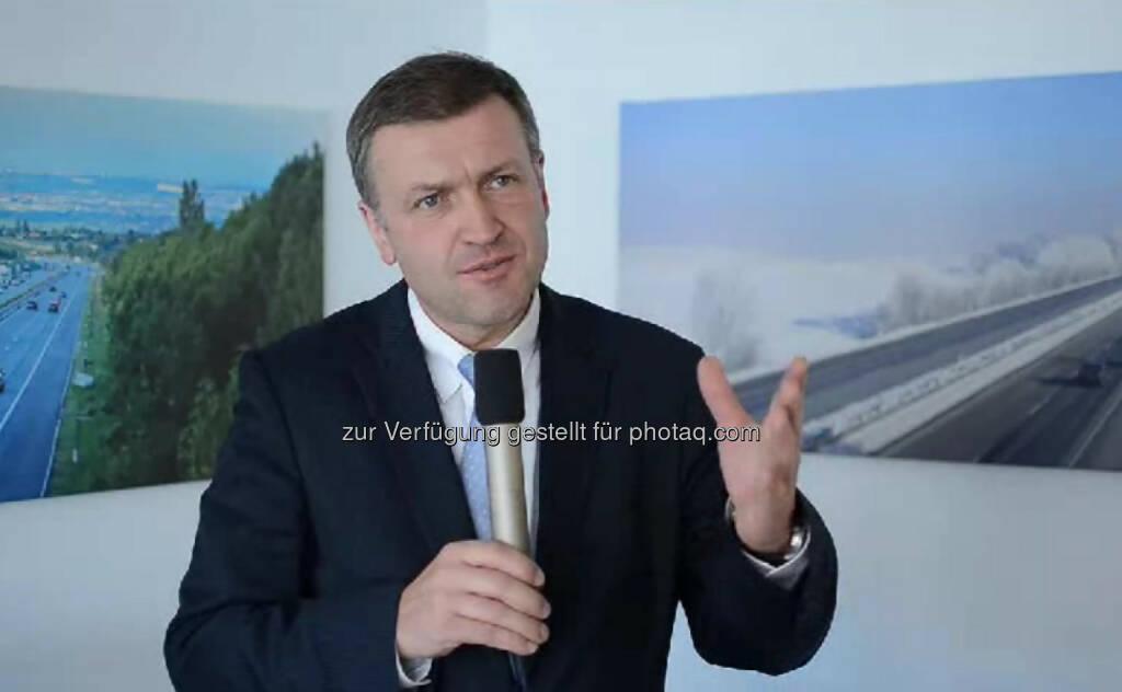 """Klaus Schierhackl, Vorstandsdirektor, ASFiNAG """"Ich habe begonnen als Abteilungsleiter ohne Abteilung. Es waren null Personen in der Abteilung, es gab nur einen Leiter."""" Klaus Schierhackl ist Vorstandsdirektor bei ASFiNAG und Präsident der euopäischen Autobahnen. Er genießt die räumliche Flexibilität und das Autofahren, zum Beispiel nach Brüssel. Sein Rat: """"Pass auf deine Gesundheit auf, mit dem Körper wirklich vorsichtig umgehen und keinen Raubbau betreiben!"""" Das Video (6:25min.) dazu unter: http://www.whatchado.net/videos/klaus_schierhackl , © whatchado (05.11.2013)"""