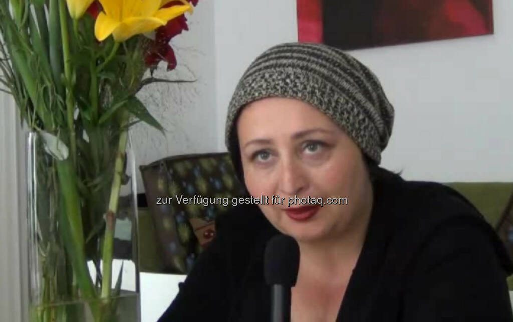 """Julya Rabinowich, Schriftstellerin, Bildende Künstlerin """"Die Freiheit eine neue Welt zu schaffen"""", ist für Julya Rabinowich das Coolste an der Tätigkeit als Schriftstellerin. Ihr gefällt der spannende Prozess der Entstehung ihrer Geschichten: """"Am Anfang weiß ich noch nicht, wie ich zum Ende komme. Ich habe allerdings die Schlussszene schon im Kopf."""" Ihr Ratschlag: """"Höre auch ab und zu auf Kritik!"""" Das Video (4:25min.) dazu unter: http://www.whatchado.net/videos/julya_rabinowich , © whatchado (11.11.2013)"""