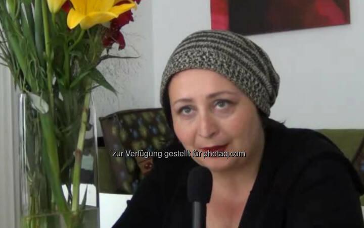 """Julya Rabinowich, Schriftstellerin, Bildende Künstlerin """"Die Freiheit eine neue Welt zu schaffen"""", ist für Julya Rabinowich das Coolste an der Tätigkeit als Schriftstellerin. Ihr gefällt der spannende Prozess der Entstehung ihrer Geschichten: """"Am Anfang weiß ich noch nicht, wie ich zum Ende komme. Ich habe allerdings die Schlussszene schon im Kopf."""" Ihr Ratschlag: """"Höre auch ab und zu auf Kritik!"""" Das Video (4:25min.) dazu unter: http://www.whatchado.net/videos/julya_rabinowich"""