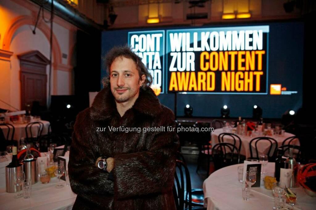 Moderator Michael Ostrowski führte durch den Abend. Die Pelzjacke brauchte er letztendlich nicht - bei 300 Menschen im Publikum war es schön warm :), © ZIT, www.contentaward.at , www.zit.co.at (15.11.2013)