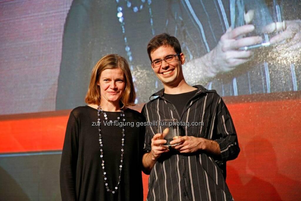 Tagtool erhielt von Jurymitglied und Gemeinderäten Sybille Straubinger den Content Award für die beste App, © ZIT, www.contentaward.at , www.zit.co.at (15.11.2013)