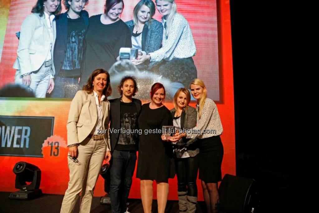 Digitalista mit Lisa Oberndorfer erhielten von Jurymitglied Marijana Stoisits den FemPower Preis, © ZIT, www.contentaward.at , www.zit.co.at (15.11.2013)