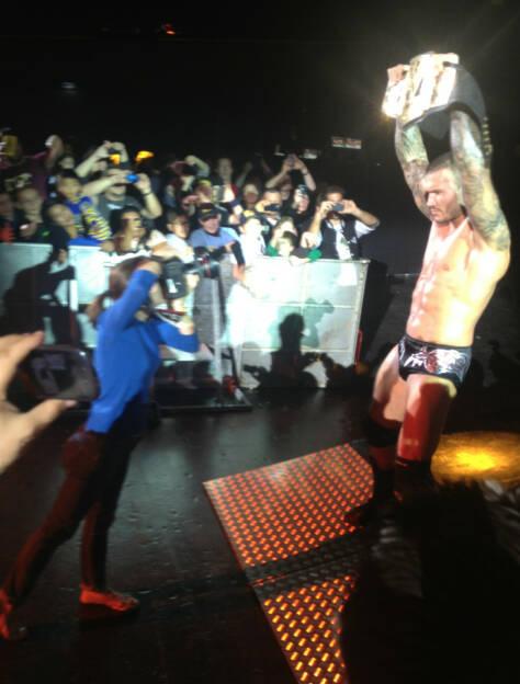 Die Fotografin lässt Randy Orton posen und der tut posen (17.11.2013)
