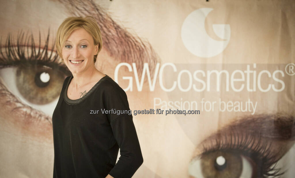 OVB-Frau und Schisprungstar Daniela Iraschko mit GW Cosmetics als neuem Kopfsponsor (c) GW Cosmetics (15.12.2012)
