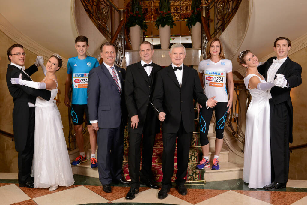 Horst Mayer (Grand Hotel Wien), Wolfgang Konrad (VCM) und Thomas Schäfer-Elmayer, die  umgeben von Walzertänzern und Läufern den Auftakt zum Vienna City Marathon 2014 geben.  Credit: VCM / Leo Hagen  (22.11.2013)