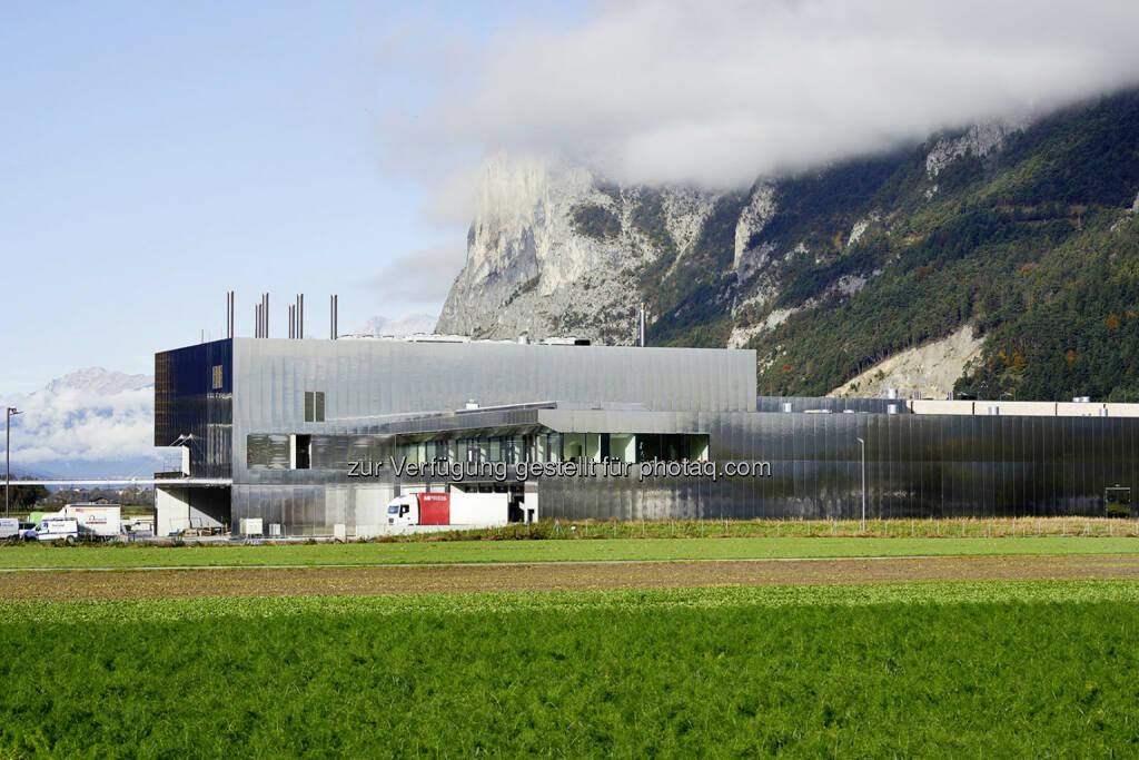 Jenbacher: Die Tiroler Supermarktkette MPreis setzt in ihrer Firmenzentrale in Völs bei Innsbruck  auf Energieeffizienz. Nachdem im neuen Betriebsgebäude für die Metzgerei und die Bäckerei Photovoltaikmodule mit einer Gesamtfläche von rund 3.200 m2 installiert wurden, ging Ende August ein weiteres Highlight in Betrieb: Ein Jenbacher Gasmotor des Typs J412 von GE versorgt die Firmenzentrale nun mit Strom und wertvoller Wärme und erreicht dabei einen Gesamtwirkungsgrad von 87,9%. (c) Aussendung (25.11.2013)